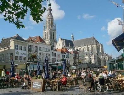 foto van Breda centrum, veel mensen die in de zon op het teraas zitten